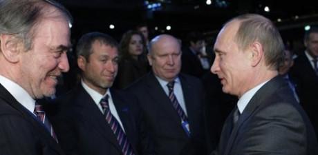 —Владимир Путин на переднем плане. Роман Абрамович – на заднем.